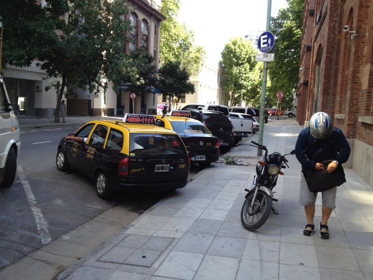 Som drosjene preger Londom og New York preger også de sorte og gule taxiene Buenos Aires